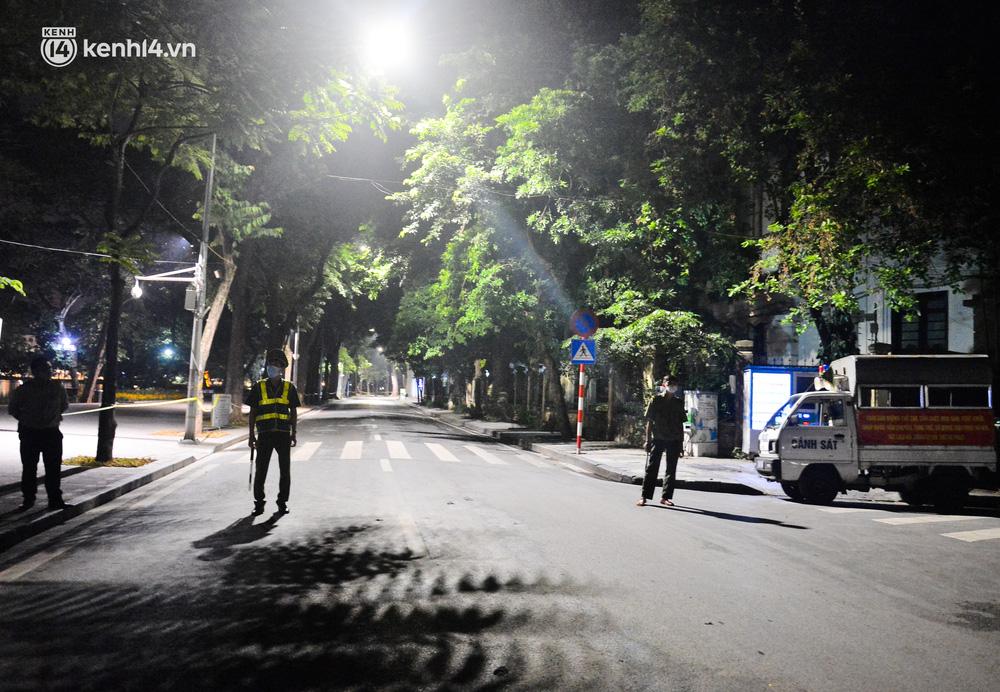 Hà Nội: Người dân né chốt, nửa đêm đến hồ Gươm tập thể dục dù công an canh gác xuyên đêm-4