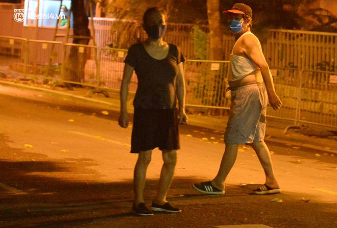 Hà Nội: Người dân né chốt, nửa đêm đến hồ Gươm tập thể dục dù công an canh gác xuyên đêm-6