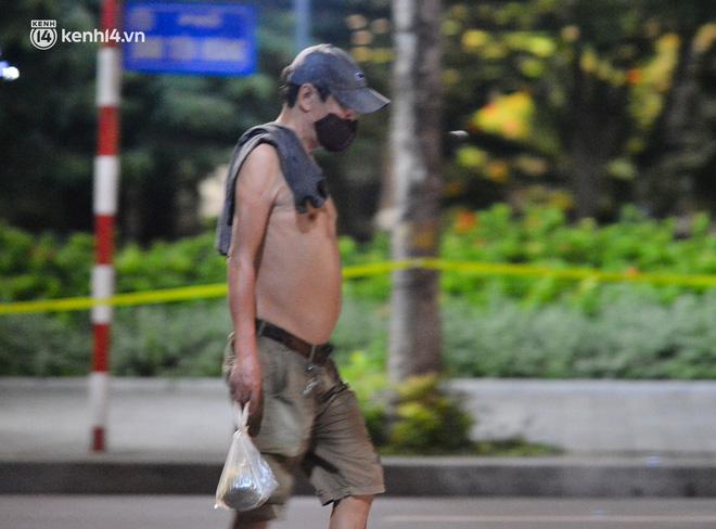 Hà Nội: Người dân né chốt, nửa đêm đến hồ Gươm tập thể dục dù công an canh gác xuyên đêm-9