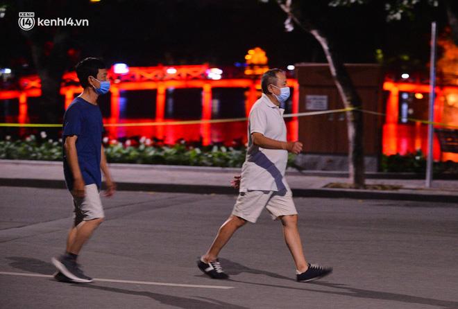 Hà Nội: Người dân né chốt, nửa đêm đến hồ Gươm tập thể dục dù công an canh gác xuyên đêm-12