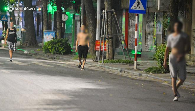 Hà Nội: Người dân né chốt, nửa đêm đến hồ Gươm tập thể dục dù công an canh gác xuyên đêm-14