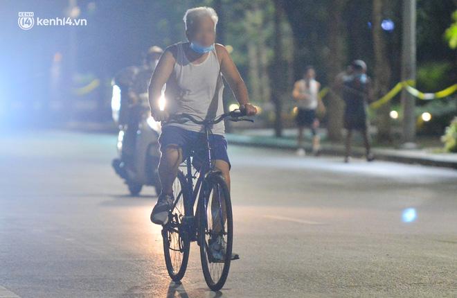 Hà Nội: Người dân né chốt, nửa đêm đến hồ Gươm tập thể dục dù công an canh gác xuyên đêm-15