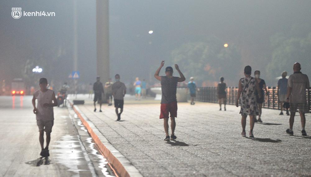 Hà Nội: Người dân né chốt, nửa đêm đến hồ Gươm tập thể dục dù công an canh gác xuyên đêm-17
