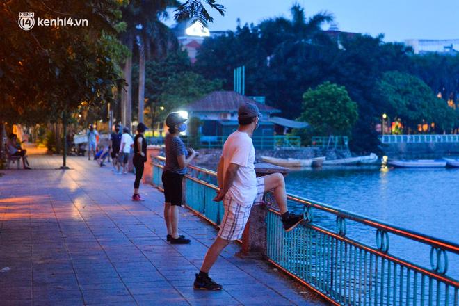 Hà Nội: Người dân né chốt, nửa đêm đến hồ Gươm tập thể dục dù công an canh gác xuyên đêm-18