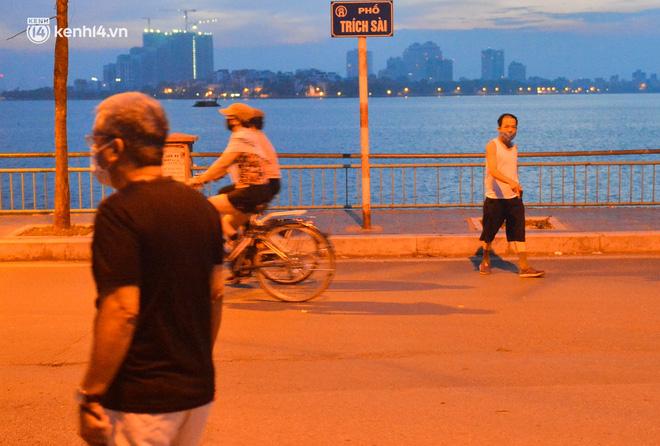 Hà Nội: Người dân né chốt, nửa đêm đến hồ Gươm tập thể dục dù công an canh gác xuyên đêm-19