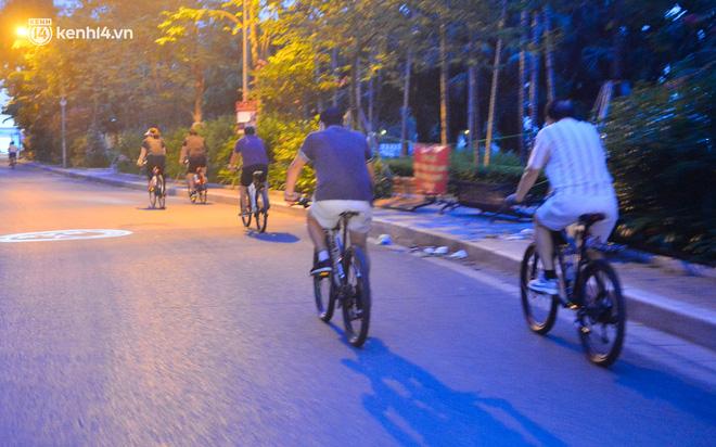 Hà Nội: Người dân né chốt, nửa đêm đến hồ Gươm tập thể dục dù công an canh gác xuyên đêm-20