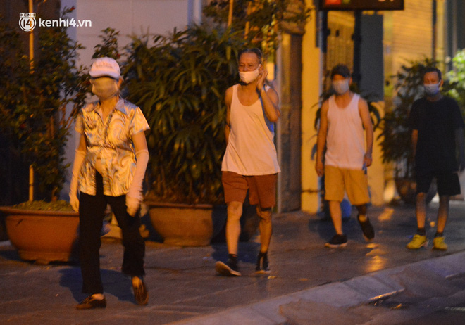 Hà Nội: Người dân né chốt, nửa đêm đến hồ Gươm tập thể dục dù công an canh gác xuyên đêm-21