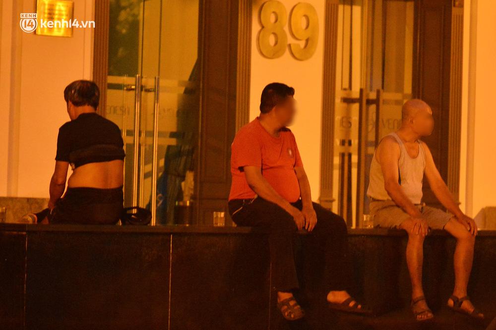 Hà Nội: Người dân né chốt, nửa đêm đến hồ Gươm tập thể dục dù công an canh gác xuyên đêm-22