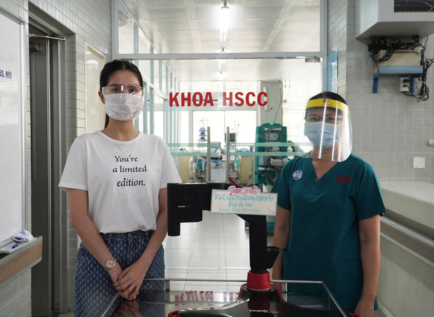 Ngọc Trinh đích thân đến Bệnh viện Chợ Rẫy quyên góp máy ép tim trị giá 500 triệu hỗ trợ chống dịch Covid-19-3