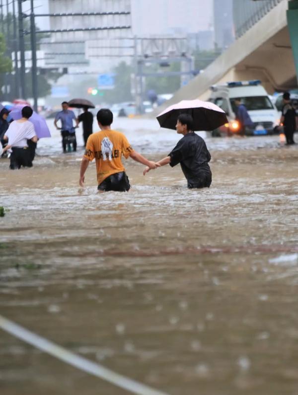 Những hình ảnh không thể tin nổi về trận lũ ngàn năm có một ở Trịnh Châu, Trung Quốc-5