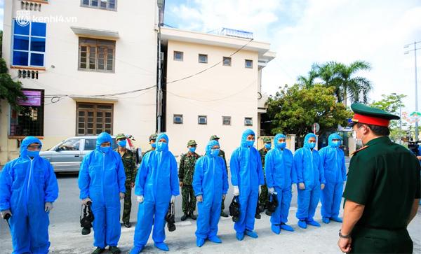 Hà Nội: Bộ tư lệnh Thủ đô dùng xe chuyên dụng, phun khử khuẩn toàn bộ thị trấn Quốc Oai-1