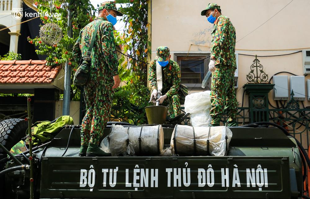 Hà Nội: Bộ tư lệnh Thủ đô dùng xe chuyên dụng, phun khử khuẩn toàn bộ thị trấn Quốc Oai-2