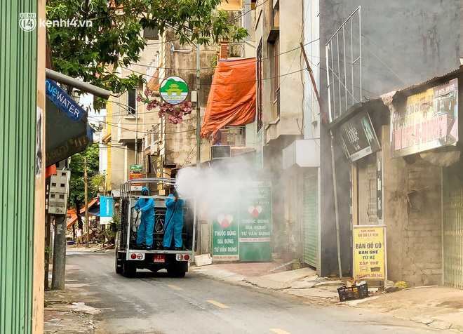 Hà Nội: Bộ tư lệnh Thủ đô dùng xe chuyên dụng, phun khử khuẩn toàn bộ thị trấn Quốc Oai-5