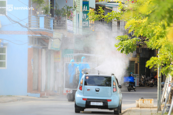 Hà Nội: Bộ tư lệnh Thủ đô dùng xe chuyên dụng, phun khử khuẩn toàn bộ thị trấn Quốc Oai-6