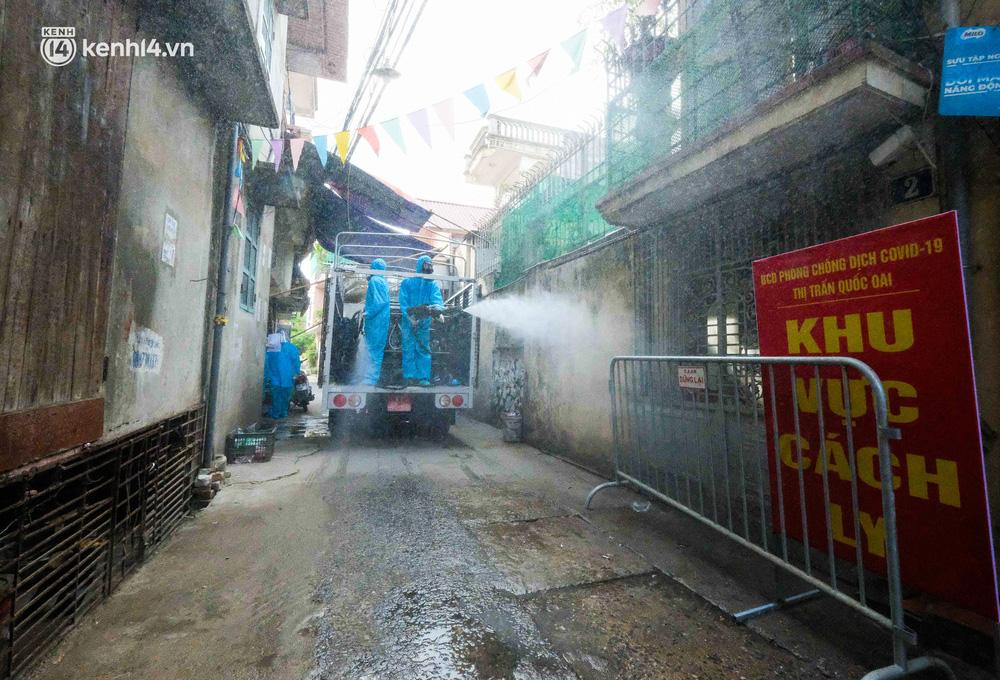 Hà Nội: Bộ tư lệnh Thủ đô dùng xe chuyên dụng, phun khử khuẩn toàn bộ thị trấn Quốc Oai-11