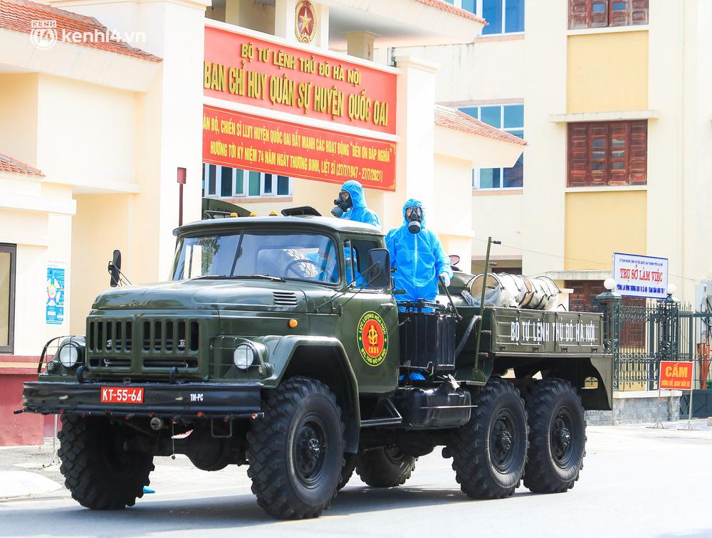 Hà Nội: Bộ tư lệnh Thủ đô dùng xe chuyên dụng, phun khử khuẩn toàn bộ thị trấn Quốc Oai-7