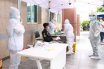Hà Nội: Phong toả, lấy mẫu xét nghiệm xuyên đêm cho người dân sau 2 ca dương tính SARS-CoV-2 mới tại Tây Hồ-16