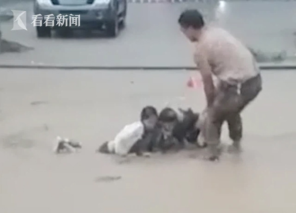 Mắc kẹt trong hố bùn tử thần do mưa lũ, gia đình 3 người thoát chết thần kỳ nhờ 1 việc làm của người qua đường-1