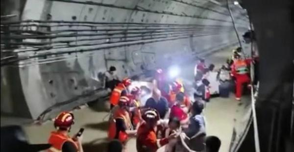 Tàu điện ngầm chìm trong nước lũ, 12 người chết, hành khách tuyệt vọng gọi từ biệt người thân-4