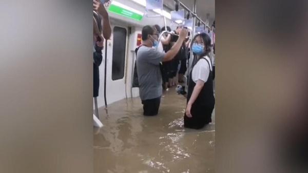 Tàu điện ngầm chìm trong nước lũ, 12 người chết, hành khách tuyệt vọng gọi từ biệt người thân-2