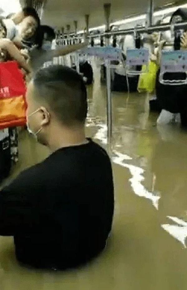 Tàu điện ngầm chìm trong nước lũ, 12 người chết, hành khách tuyệt vọng gọi từ biệt người thân-1
