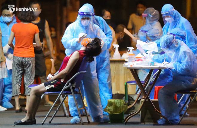 Hà Nội: Phong toả, lấy mẫu xét nghiệm xuyên đêm cho người dân sau 2 ca dương tính SARS-CoV-2 mới tại Tây Hồ-14
