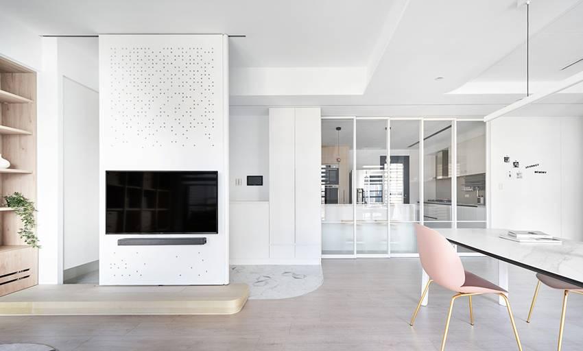 Căn nhà của một bác sĩ sẽ trông thế nào? Bức tường tivi được thiết kế trượt độc đáo, dù 80% nhà được phủ màu trắng nhưng không hề lạnh lẽo nhờ áp dụng cách này-2