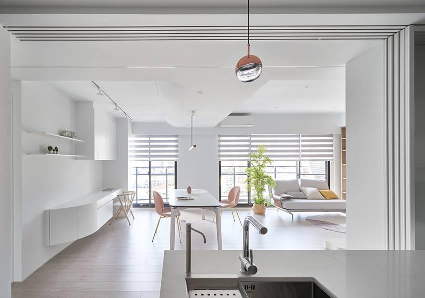 Căn nhà của một bác sĩ sẽ trông thế nào? Bức tường tivi được thiết kế trượt độc đáo, dù 80% nhà được phủ màu trắng nhưng không hề lạnh lẽo nhờ áp dụng cách này-3