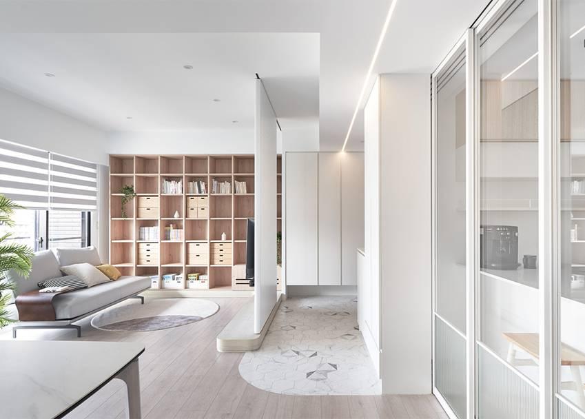 Căn nhà của một bác sĩ sẽ trông thế nào? Bức tường tivi được thiết kế trượt độc đáo, dù 80% nhà được phủ màu trắng nhưng không hề lạnh lẽo nhờ áp dụng cách này-4