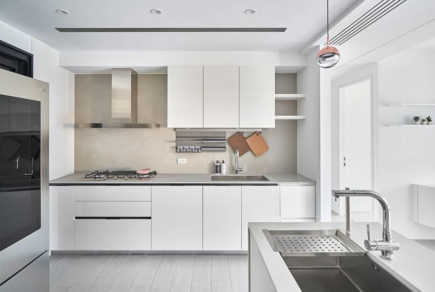 Căn nhà của một bác sĩ sẽ trông thế nào? Bức tường tivi được thiết kế trượt độc đáo, dù 80% nhà được phủ màu trắng nhưng không hề lạnh lẽo nhờ áp dụng cách này-10