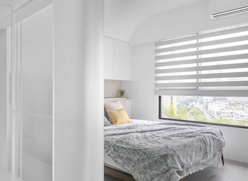 Căn nhà của một bác sĩ sẽ trông thế nào? Bức tường tivi được thiết kế trượt độc đáo, dù 80% nhà được phủ màu trắng nhưng không hề lạnh lẽo nhờ áp dụng cách này-12