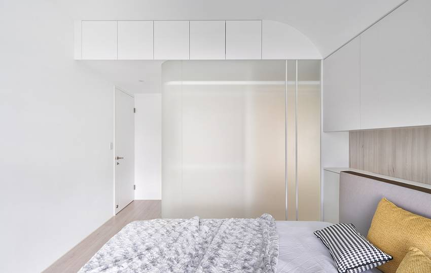 Căn nhà của một bác sĩ sẽ trông thế nào? Bức tường tivi được thiết kế trượt độc đáo, dù 80% nhà được phủ màu trắng nhưng không hề lạnh lẽo nhờ áp dụng cách này-14