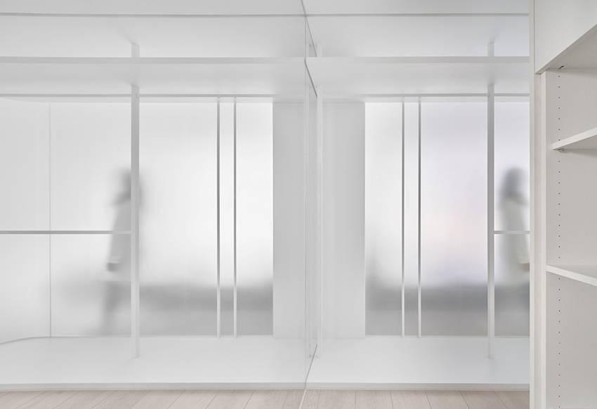 Căn nhà của một bác sĩ sẽ trông thế nào? Bức tường tivi được thiết kế trượt độc đáo, dù 80% nhà được phủ màu trắng nhưng không hề lạnh lẽo nhờ áp dụng cách này-16