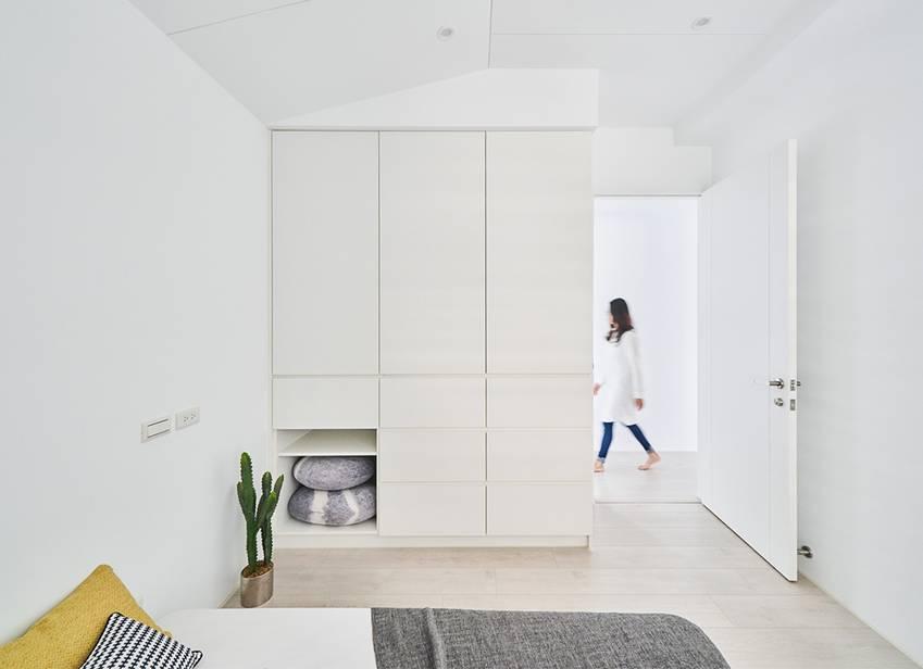 Căn nhà của một bác sĩ sẽ trông thế nào? Bức tường tivi được thiết kế trượt độc đáo, dù 80% nhà được phủ màu trắng nhưng không hề lạnh lẽo nhờ áp dụng cách này-17