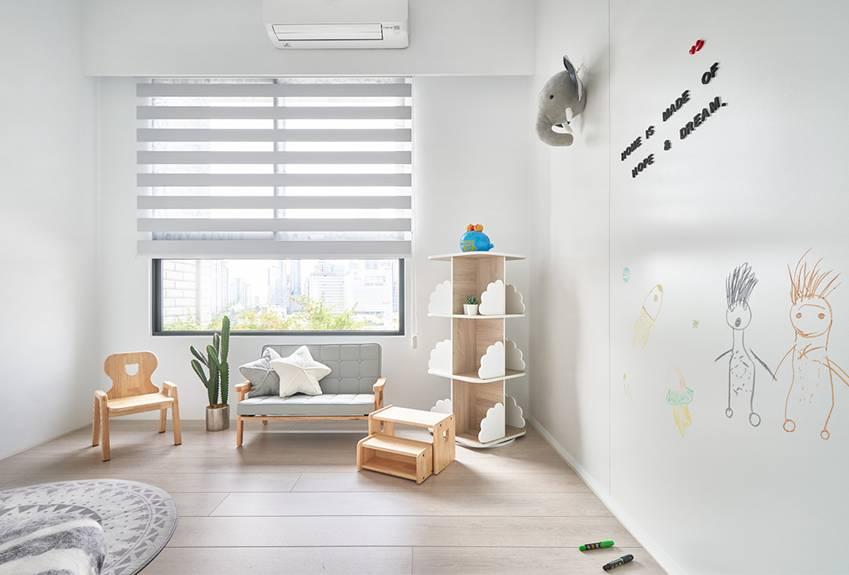 Căn nhà của một bác sĩ sẽ trông thế nào? Bức tường tivi được thiết kế trượt độc đáo, dù 80% nhà được phủ màu trắng nhưng không hề lạnh lẽo nhờ áp dụng cách này-19