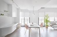 Căn nhà của một bác sĩ sẽ trông thế nào? Bức tường tivi được thiết kế trượt độc đáo, dù 80% nhà được phủ màu trắng nhưng không hề lạnh lẽo nhờ áp dụng cách này
