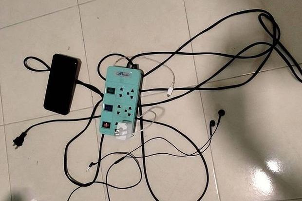 Thương tâm: Học sinh lớp 2 bị điện giật tử vong khi cầm điện thoại của bố chơi-1