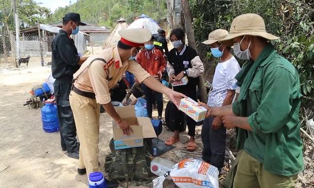 Mất việc, 30 người đi bộ xuyên đêm từ Bình Định về Quảng Ngãi-1