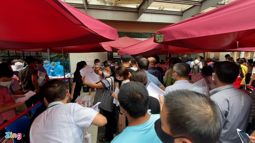 Hàng trăm người chen chúc đăng ký tiêm vaccine ở Hà Nội-1
