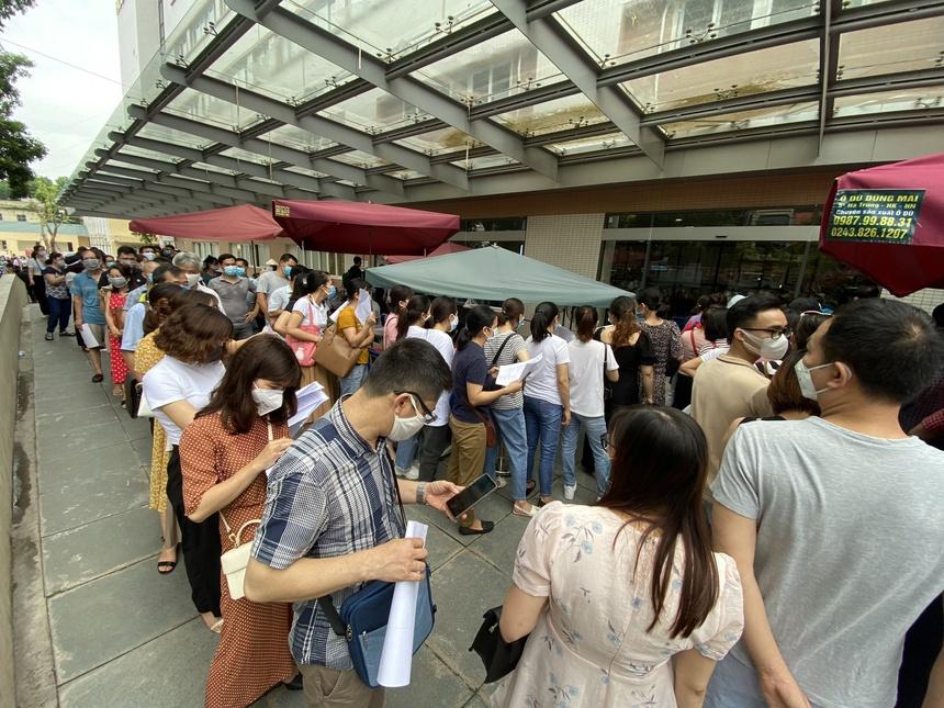 Hàng trăm người chen chúc đăng ký tiêm vaccine ở Hà Nội-2