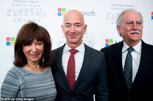 Tiết lộ người phụ nữ được tỷ phú Amazon ôm lấy đầu tiên khi quay về đất liền an toàn, kẻ thứ 3 cũng phải nhường chỗ-2