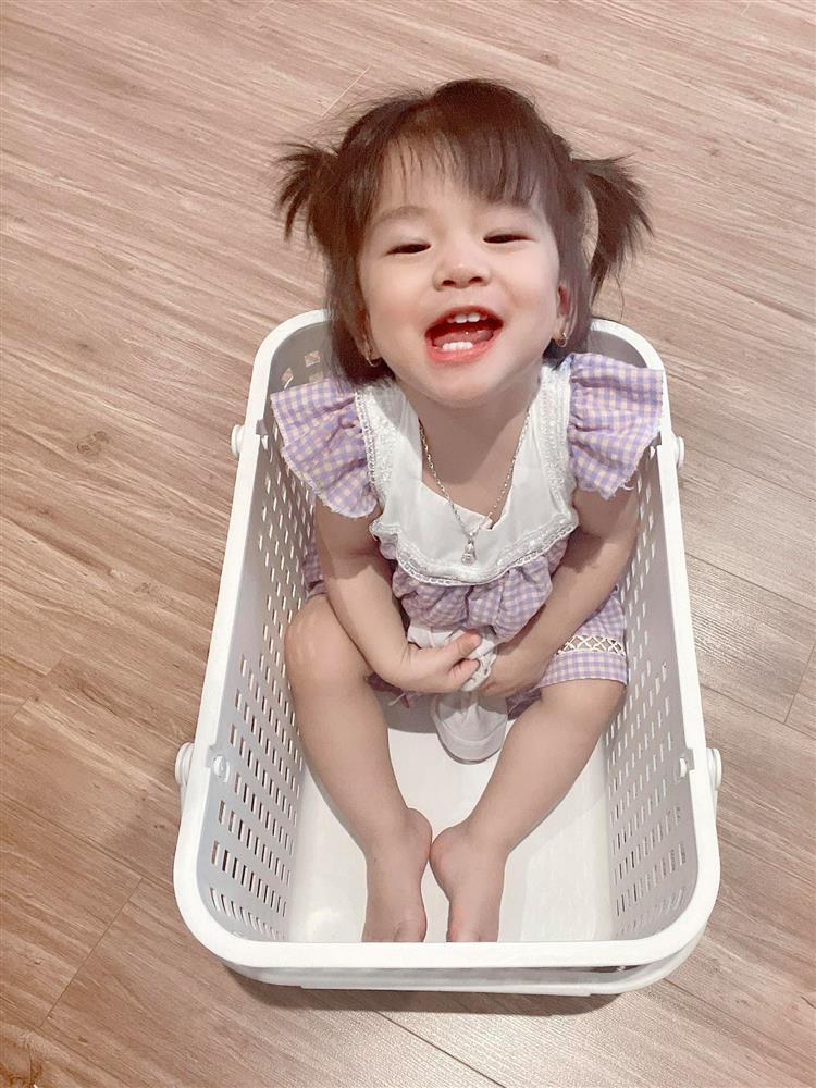 Mê tít biểu cảm của con gái Jennifer Phạm khi thấy mẹ quay mình, đỉnh nhất là vẻ xinh đẹp đúng chuẩn con Hoa hậu-2