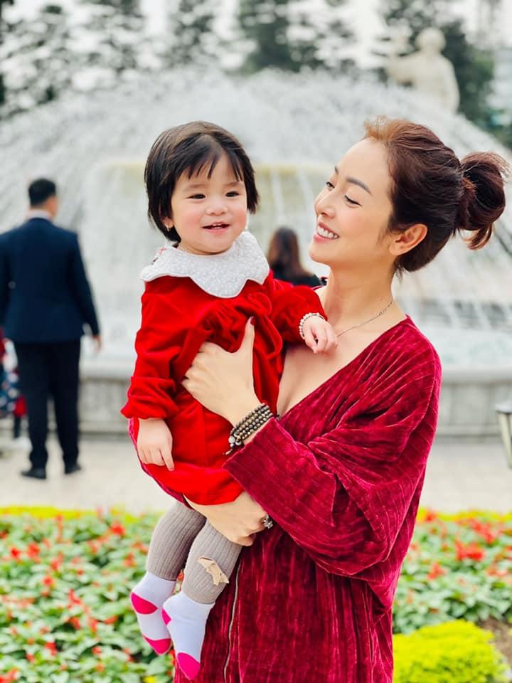 Mê tít biểu cảm của con gái Jennifer Phạm khi thấy mẹ quay mình, đỉnh nhất là vẻ xinh đẹp đúng chuẩn con Hoa hậu-3