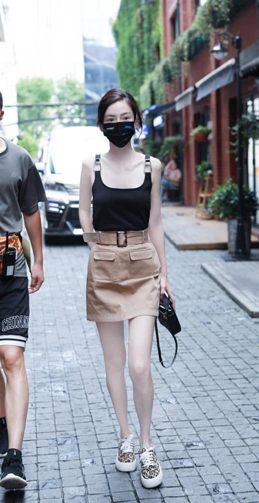 Sốc với visual của Angela Baby: Mặc áo 2 dây lộ cả xương ức, đôi chân tong teo đáng báo động-5