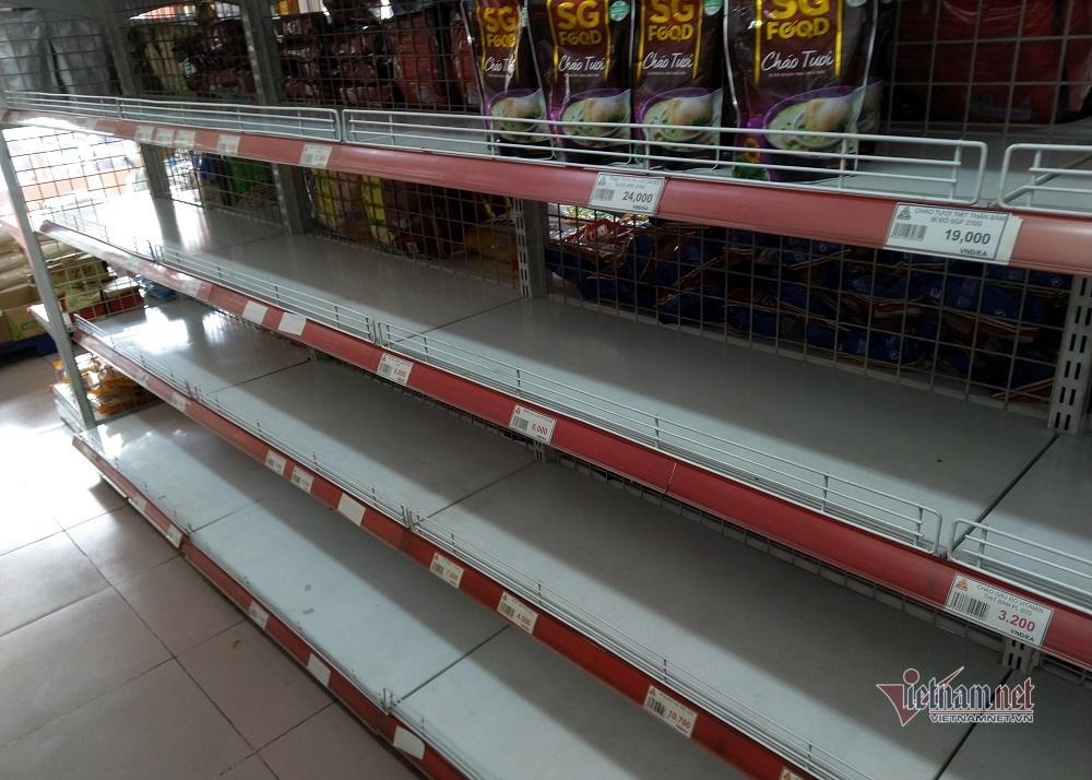 Siêu thị Sài Gòn lại báo cháy hàng mỳ tôm, miến khô-1