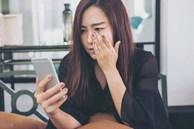 Sáng cuối tuần đang ngủ nướng, tôi giật mình nghe tiếng chuông điện thoại, đọc tin nhắn bố chồng gửi cho chồng mà cay mắt muốn khóc
