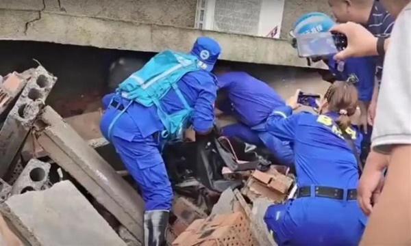 Bé gái thoát nạn sau khi bị vùi dưới căn nhà sập, tư thế của thi thể người mẹ khi được tìm thấy khiến đội cứu hộ nghẹn lời-3