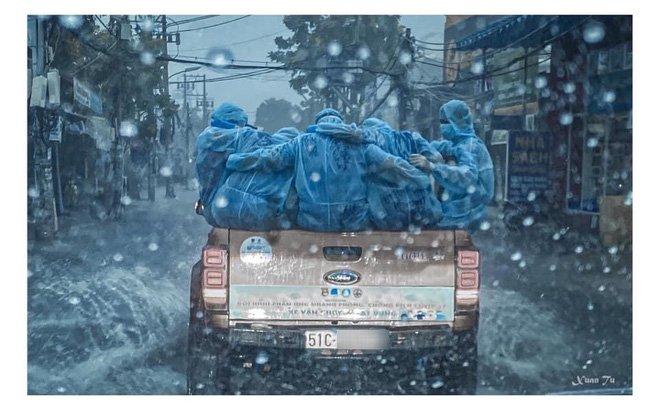 Khoảnh khắc nữ tình nguyện viên chật vật leo lên xe bán tải để đi làm nhiệm vụ gây bão MXH-2