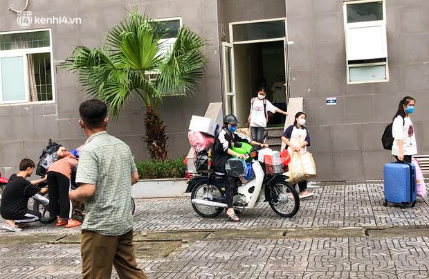 Hà Nội: Hàng trăm sinh viên KTX Mỹ Đình 2 đội mưa chuyển đồ, nhường chỗ cho khu cách ly Covid-19-1