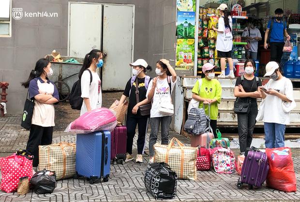 Hà Nội: Hàng trăm sinh viên KTX Mỹ Đình 2 đội mưa chuyển đồ, nhường chỗ cho khu cách ly Covid-19-2